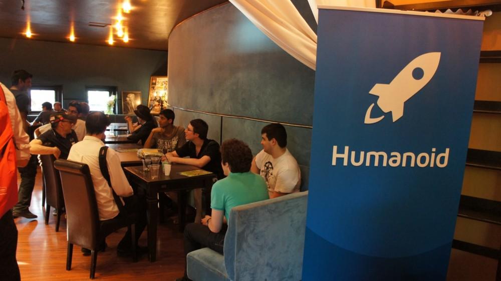 Espace de discussions près du kakémono Humanoid