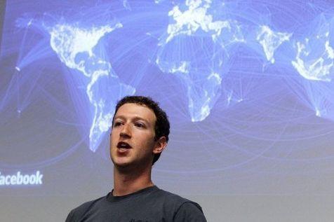 420996-le-patron-de-facebook-mark-zuckerberg-au-siege-de-sa-societe-a-palo-alto-le-6-juillet-2011