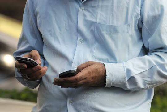 afp-archives-indranil-mukherjee-une-personne-tient-deux-telephones-portables