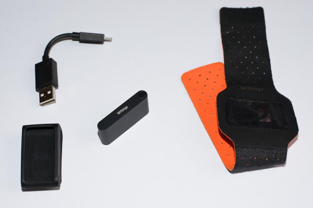 Contenu de la boîte : un clip, un câble chargeur USB, un bracelet nuit et le Withings Pulse
