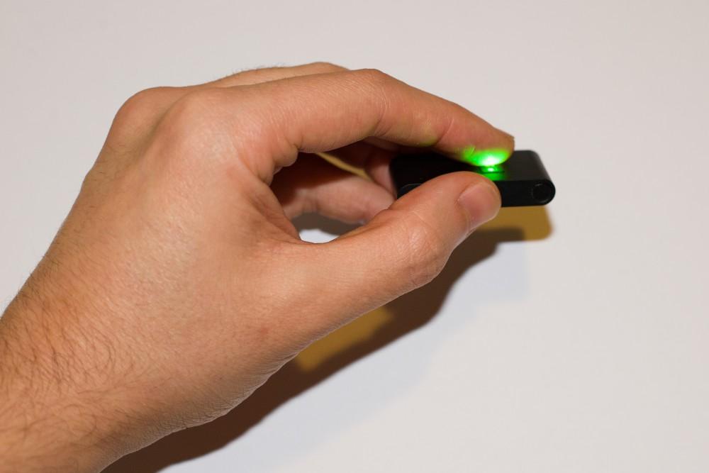 Le capteur optoéléctrique utilise des diodes rouges et vertes pour mesurer le pouls
