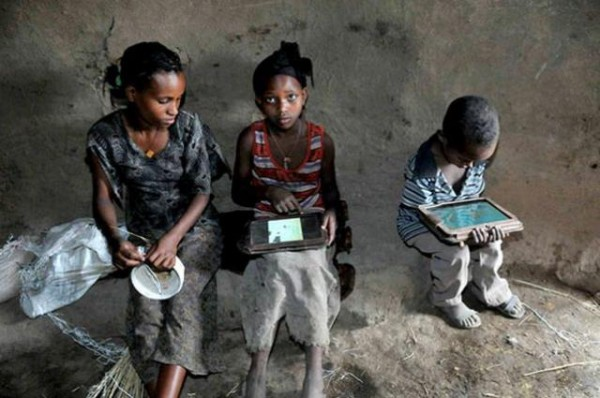 Illiterate-Ethiopian-Kids-With-Motorola-Xoom-Tablets-600x398