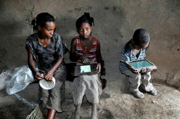 Illiterate-Ethiopian-Kids-With-Motorola-Xoom-Tablets-600x398