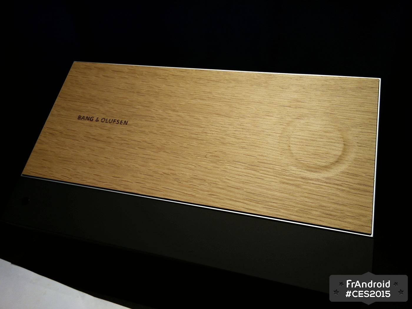 bang olufsen met du tactile dans une tablette en bois. Black Bedroom Furniture Sets. Home Design Ideas