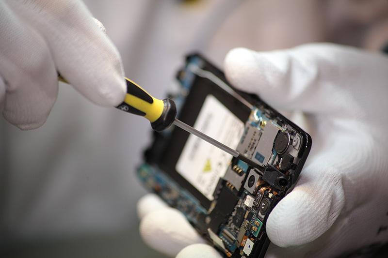 Petits Et Gros Reparateurs De Smartphones Le Business Des Ecrans
