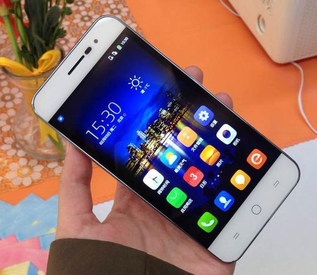 avec 4 7 mm d 39 paisseur le ivvi k1 mini est bien le nouveau smartphone le plus fin du monde. Black Bedroom Furniture Sets. Home Design Ideas