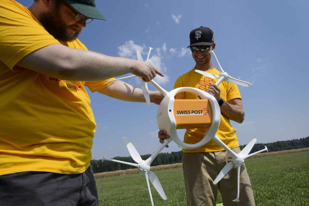 2048x1536-fit_employees-of-the-us-drone-compagny-matternet-shows-a-drone-carrying-a-mail-box-of-swiss-post-on-july