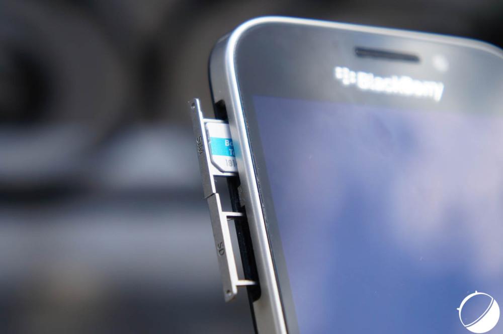 Une épingle est nécessaire pour accéder à la carte SIM et la carte SD