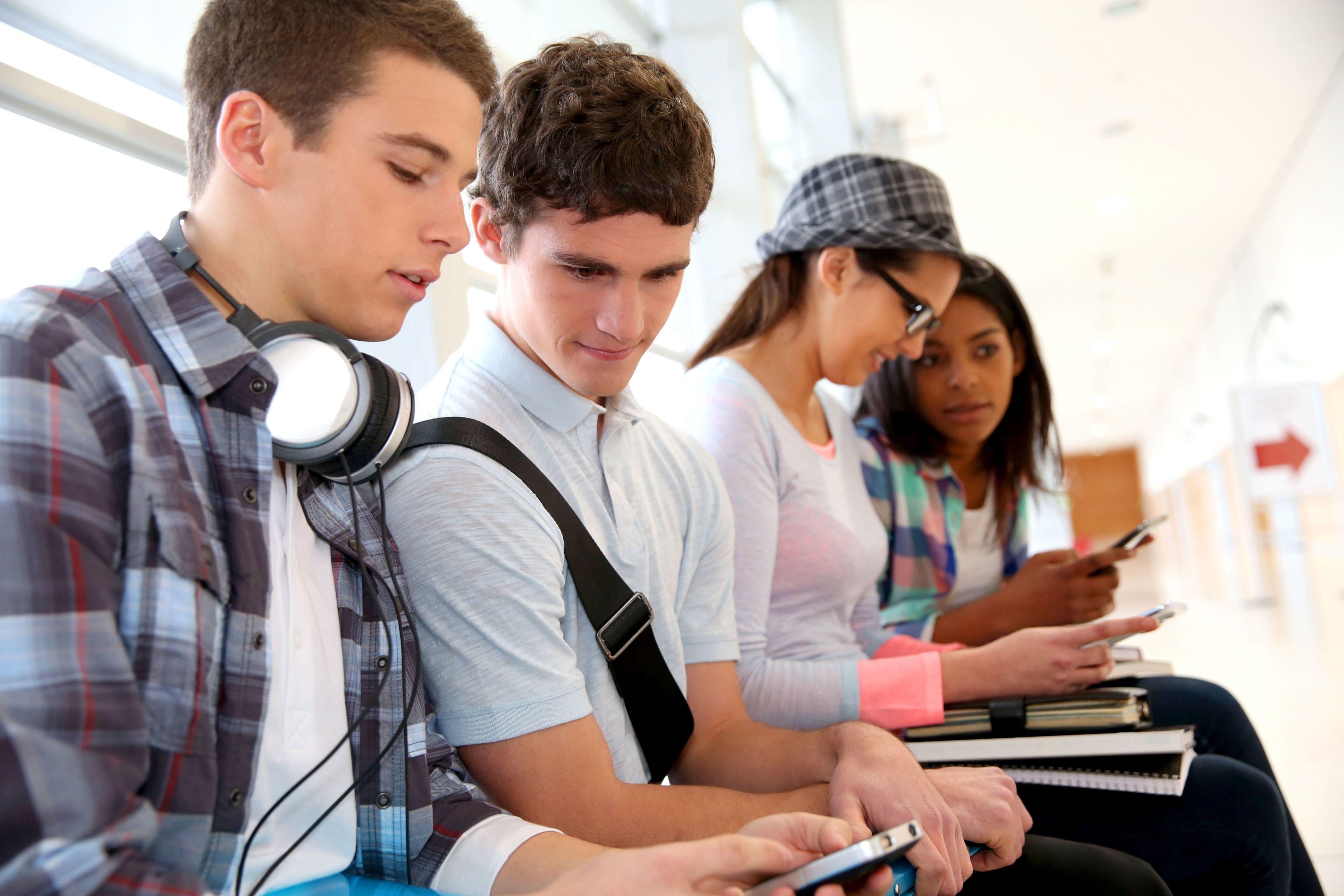 Jeunes adolescents donnant des emplois
