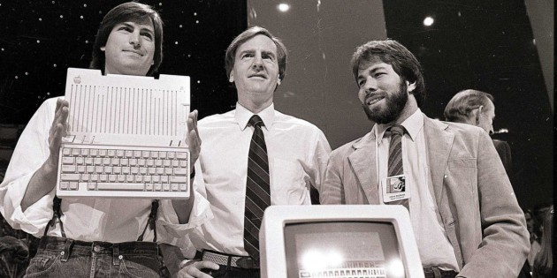 John Sculley, entouré de Steve Jobs et Steve Wozniak