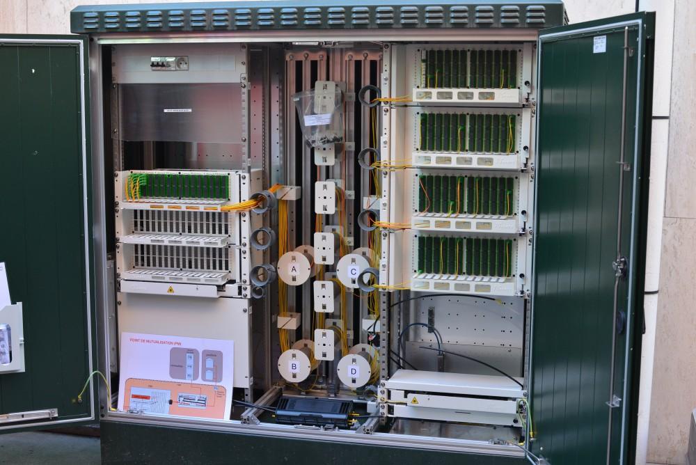 Une armoire de rue contenant les terminaisons fibres optique pour connecter les habitants proches.