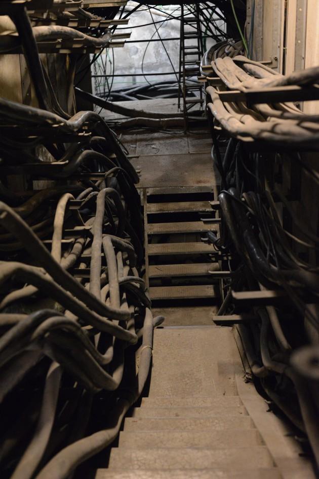 Dans les sous-sols des NRA, des centaines de câbles de la taille d'un bras...