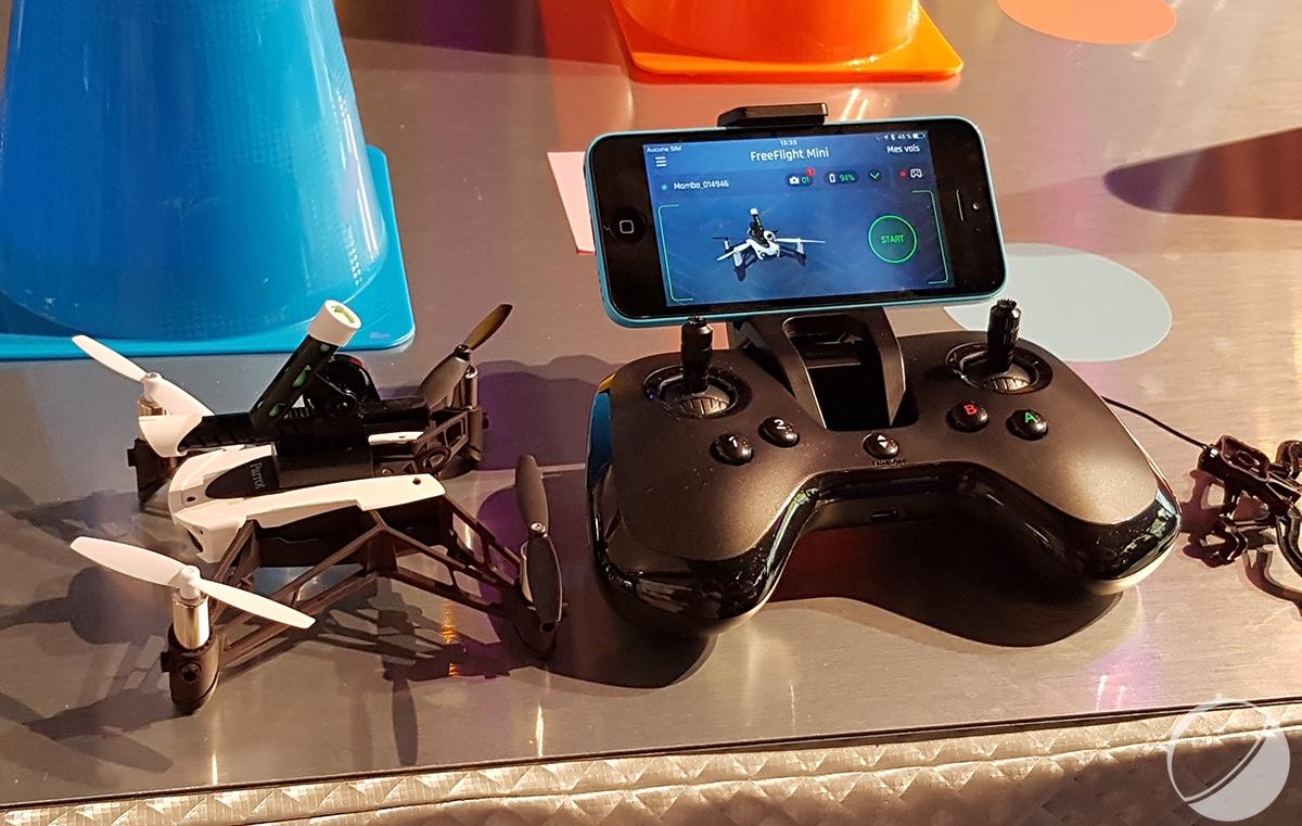 Le Drone Peut Se Piloter Grace A Une Manette Munie De Gachettes Et Joysticks Ou Directement Depuis Smartphone