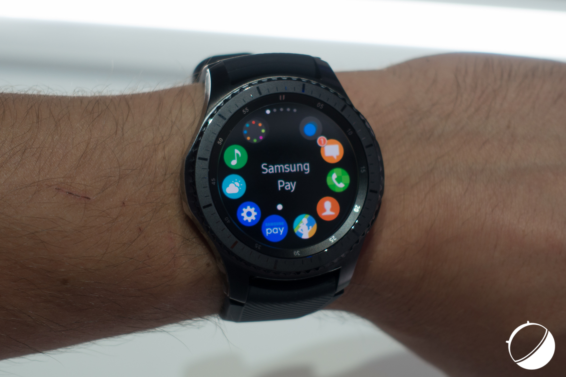 la samsung gear s3 est disponible en cor e et tr s bient t en france frandroid. Black Bedroom Furniture Sets. Home Design Ideas