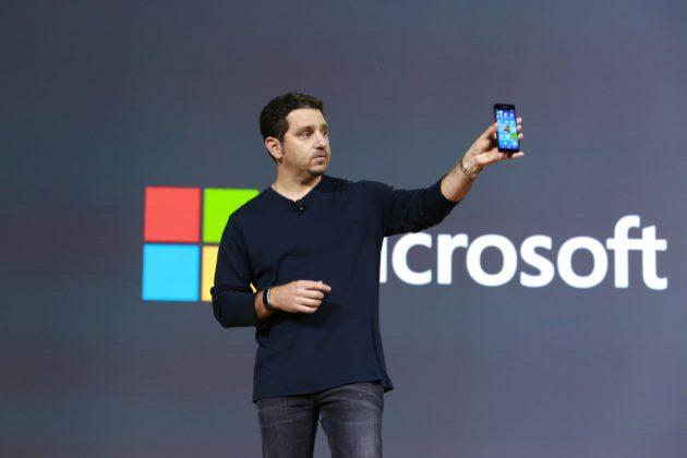 Panos Panay présentant le Lumia 950 après le rachat de Nokia Mobile par Microsoft