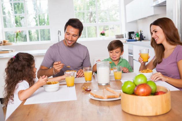 petit-dejeuner-famille-table