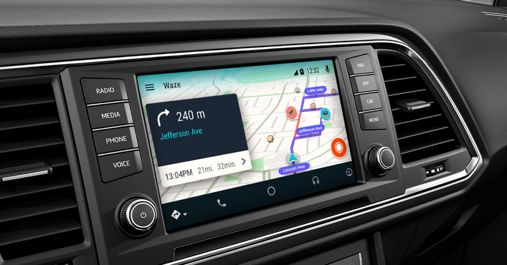 waze sur android auto 1000x523 - For lack of anything better, Android Auto for smartphones debuts on Google Play