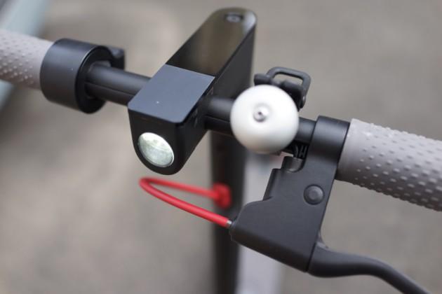Voici le guidon de la M365 avec sa sonnette et le fil qui dépasse…