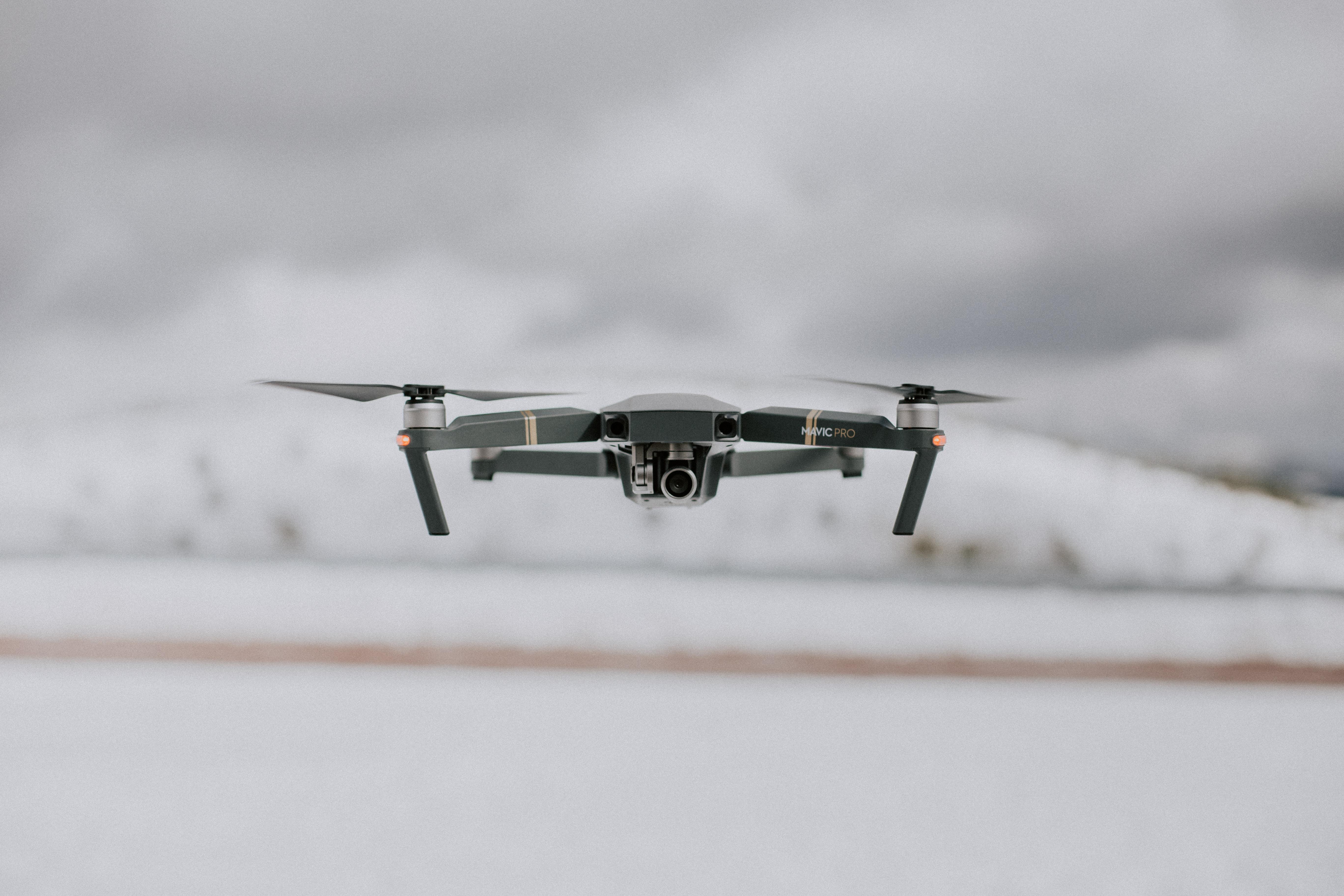 e5862ccccc4 Les drones ont de multiples usages : de la vidéo professionnelle au loisir  familial, en passant par la livraison de colis ou de pizza, ils risquent de  ...