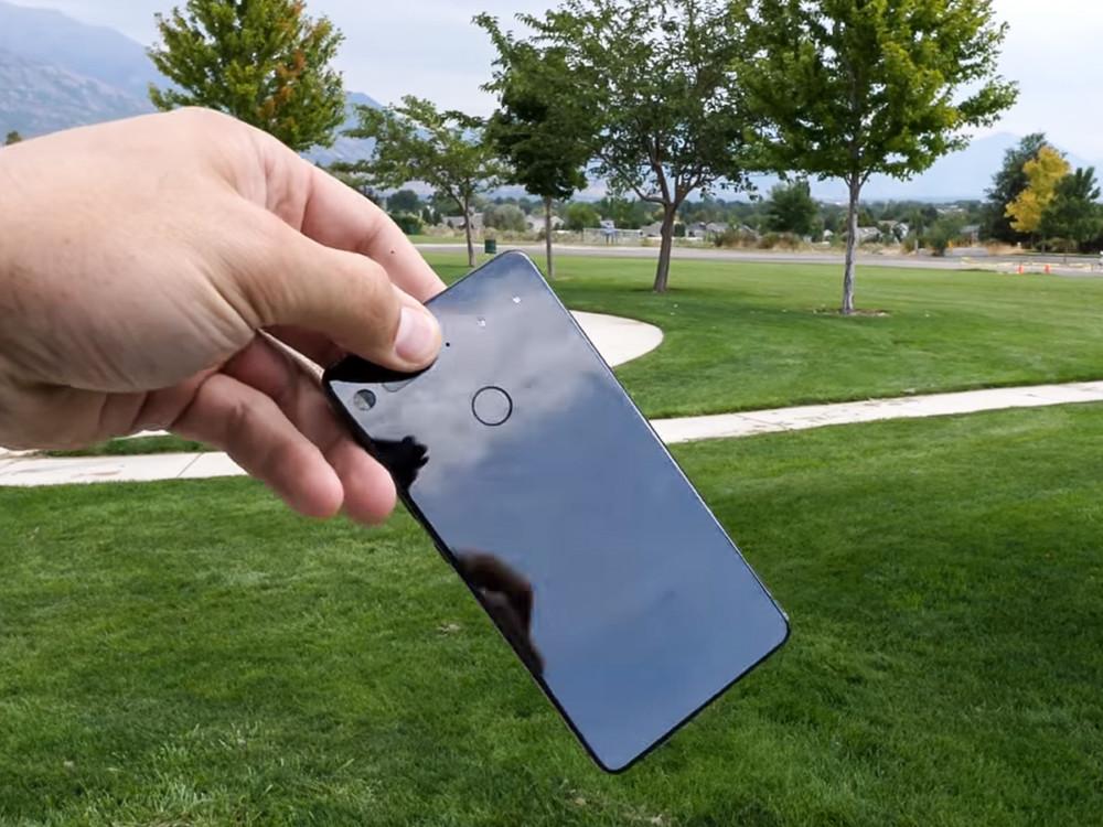 L'unique Essential Phone d'il y a deux ans.