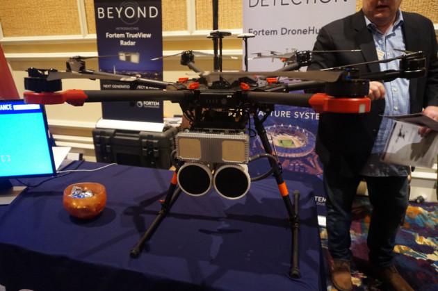 ces 2018 comment ce drone peut chasser et abattre d 39 autres drones frandroid. Black Bedroom Furniture Sets. Home Design Ideas