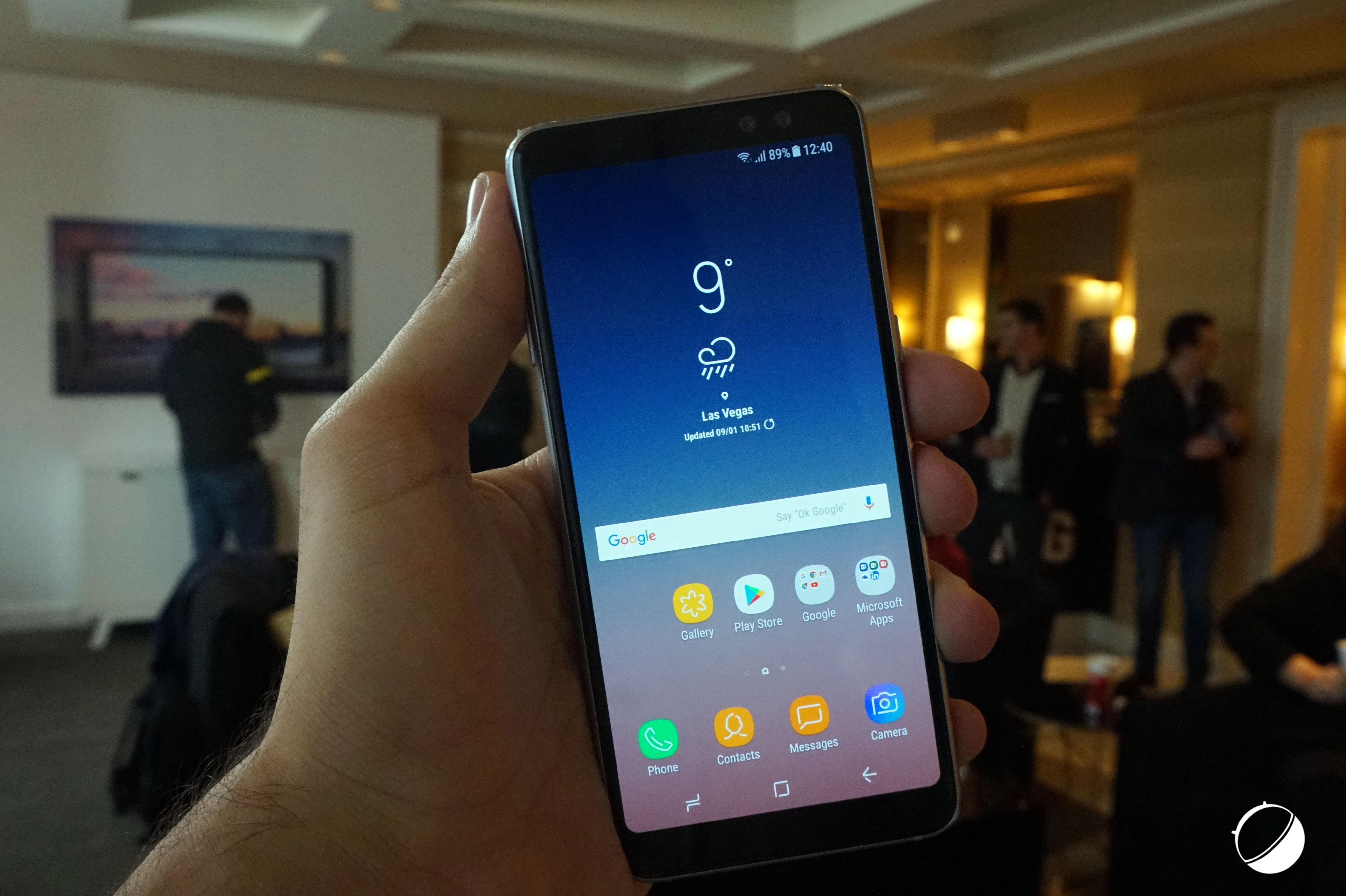 Aussi, on remarque assez rapidement la présence d un double appareil photo  en façade sur la partie supérieure du Samsung Galaxy A8 (2018). 0348975b9639
