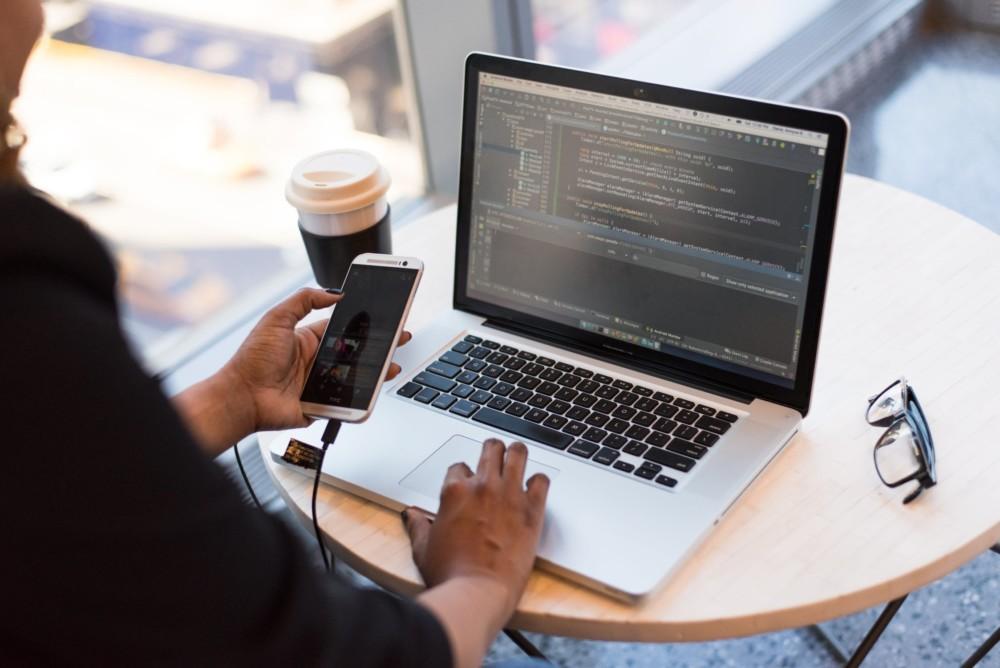 Smartphone branché à un ordinateur de développeur