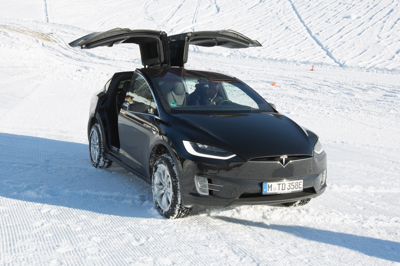 tesla model x un ovni sur la neige frandroid. Black Bedroom Furniture Sets. Home Design Ideas