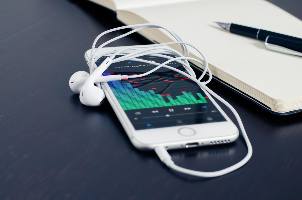 smartphone et écouteurs