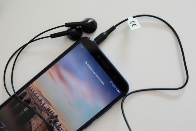 Le cordon Audiobilical n'a pas encore été coupé. Notons qu'un Kit piéton est fourni dans la boîte, au même titre qu'un chargeur et un câble USB.