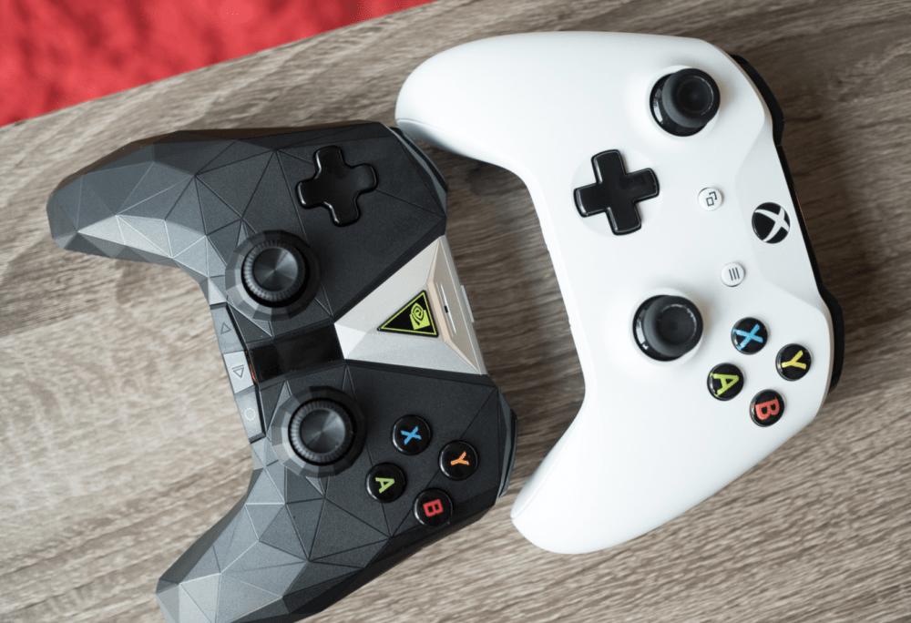 La manette de la Nvidia Shield TV et la manette Microsoft Xbox