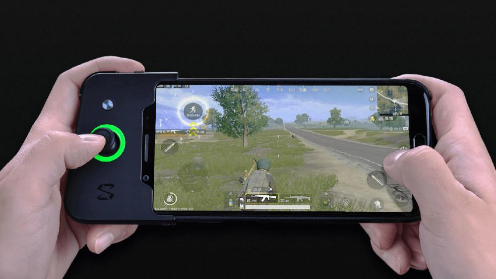 Le Xiaomi Black Skark avec un accessoire pour ajouter des joysticks