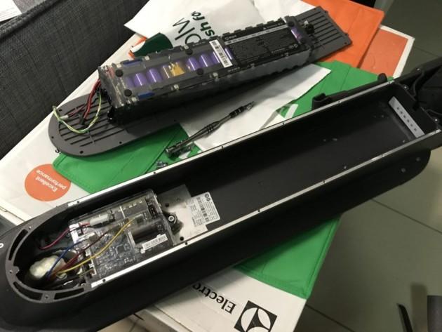 Sur beaucoup de trottinettes, la batterie est intégrée au châssis (Source: bennyblingbling)