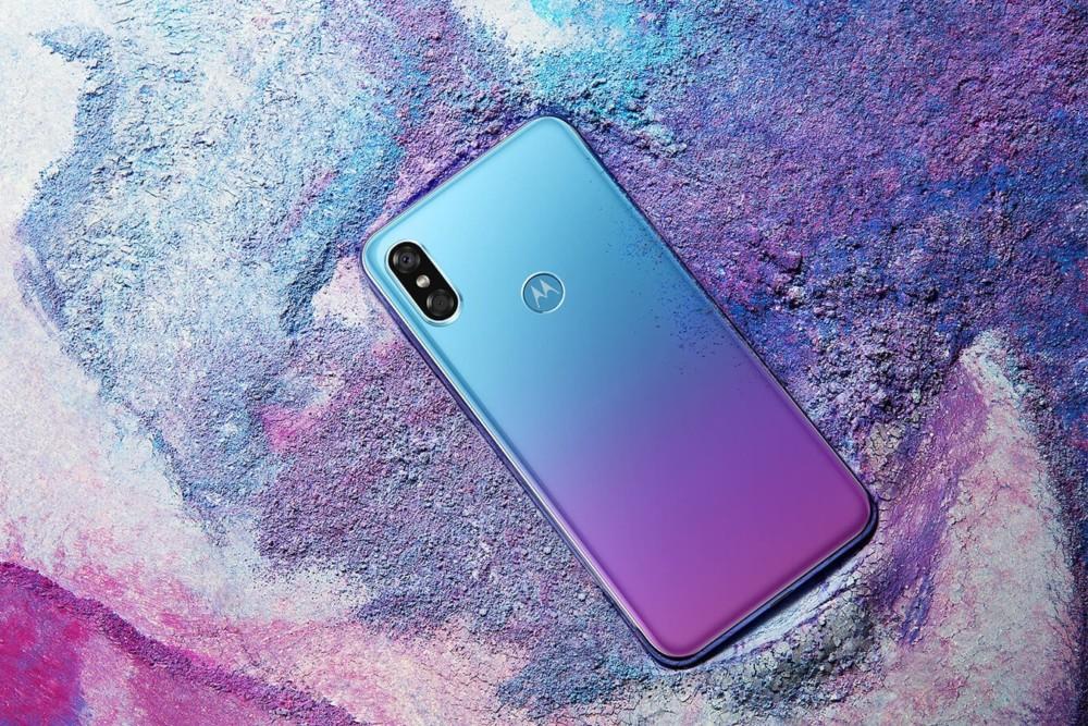 Motorola P30 : officialisé, un vrai clone de l'iPhone X et du Huawei P20