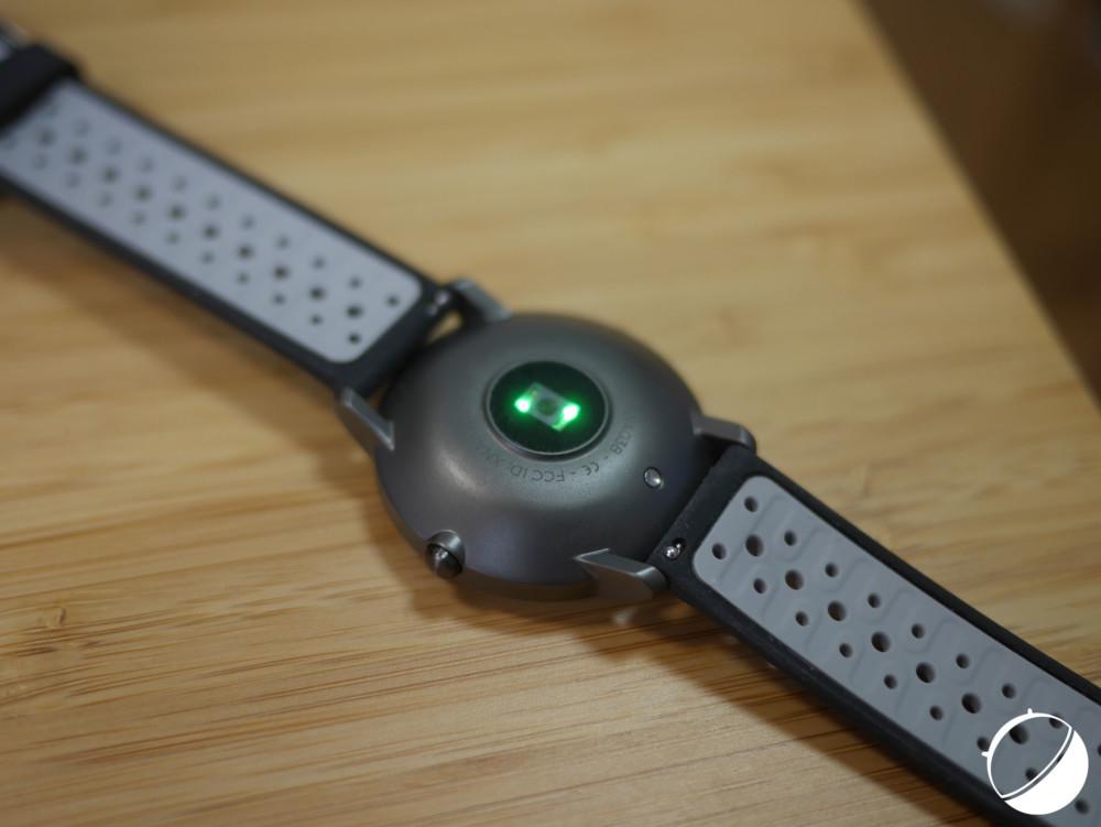 La lumière pulsée de la Steel HR Sport permet de mesurer votre rythme cardiaque.