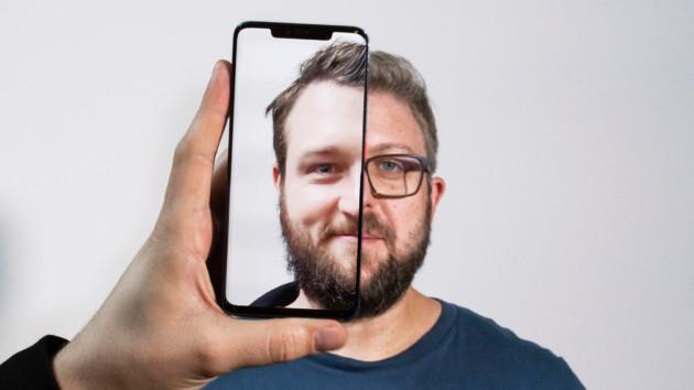 Les visages sont similaires, mais ils n'ont pas la même couleur de peau ni les mêmes fossettes. En outre, l'un porte des lunettes. (Crédits image : AndroidPit)