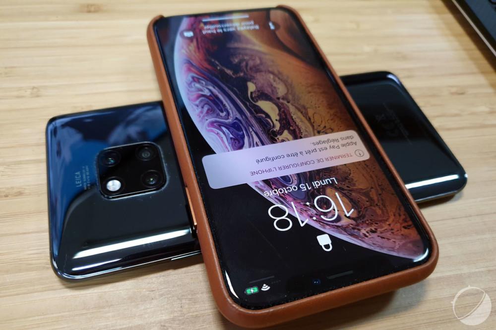 Le Mate 20 Pro peut recharger sans fil un autre appareil, comme ici un iPhone XS