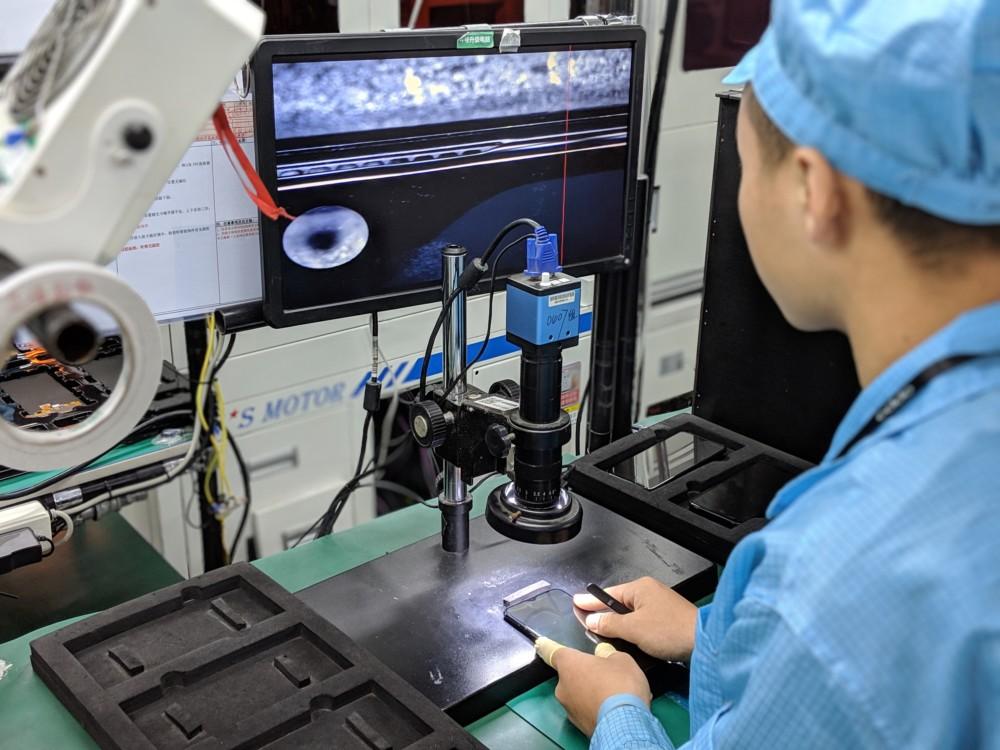 L'appareil photo avant est vérifié au microscope pour éviter tout problème avant le montage final.