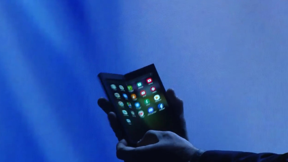 Les 3 actualités qui ont marqué la semaine : le smartphone pliable de Samsung, les radars sur Maps et les tests de l'iPad Pro 2018