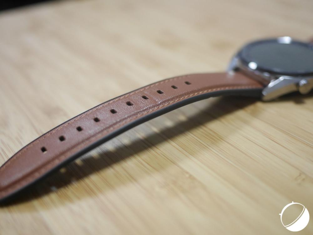 Le bracelet en cuir avec sur-coutures proposé avec la Huawei Watch GT