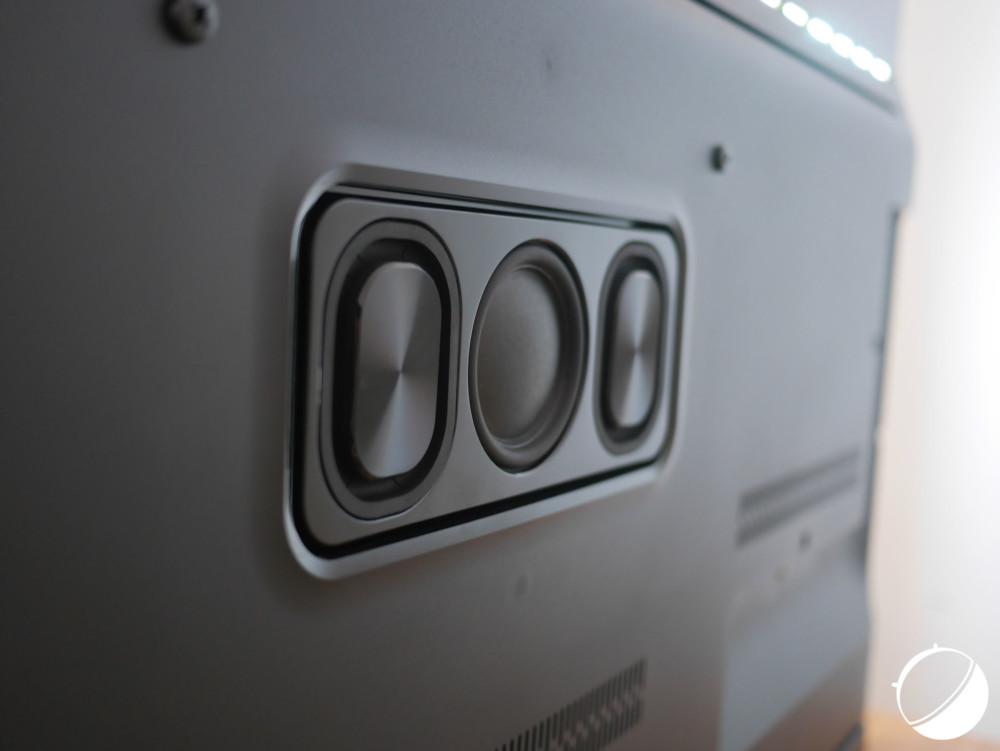 Le téléviseur embarque un haut-parleur à trois membranes pour les basses d'une puissance de 30 watts RMS