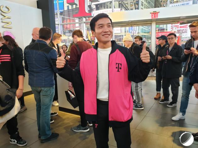 Pete Lau dans le magasin de T-Mobile à Time Square (New York) lors du lancement du OnePls6T chez l'opérateur.