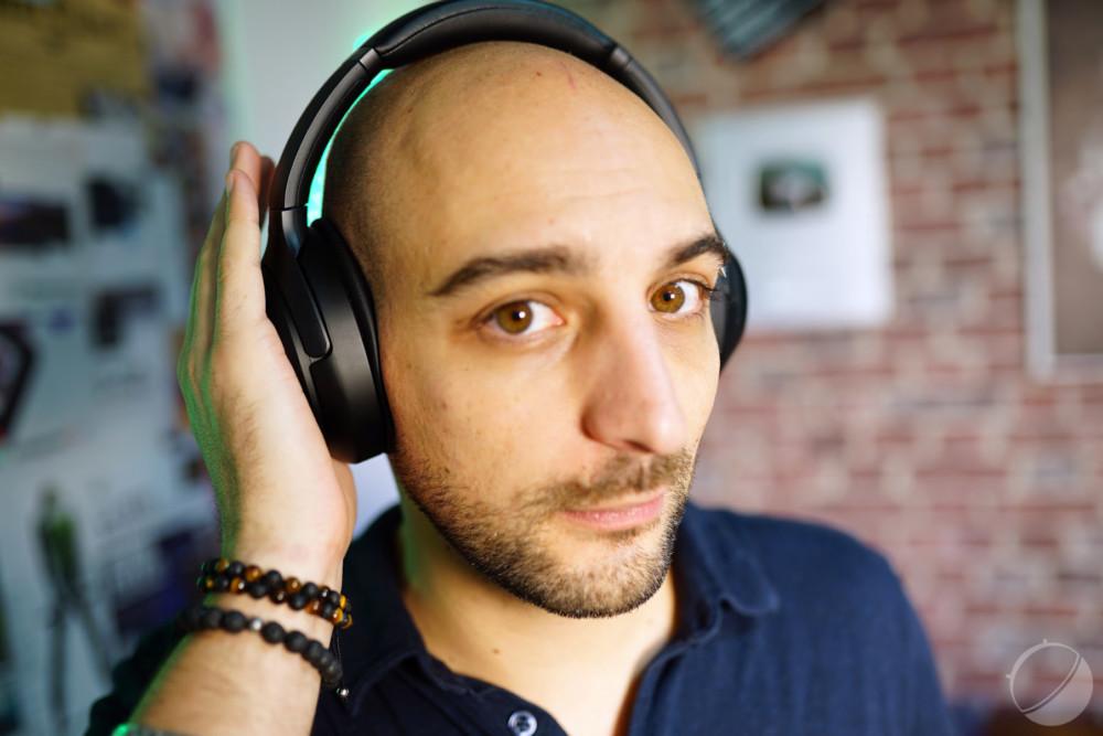Mettre sa main sur l'écouteur du WH-1000xM3 permet de couper la réduction de bruit active
