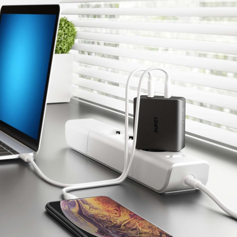 Le chargeurPA-Y10 dispose de deux ports: un port USB C et un port USB A
