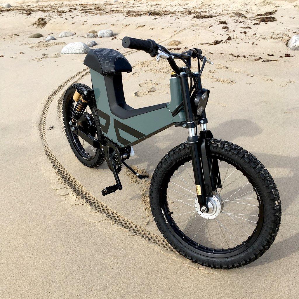 Scrambler Un Vélo électrique Haut De Gamme à Mi Chemin Avec Le Scooter