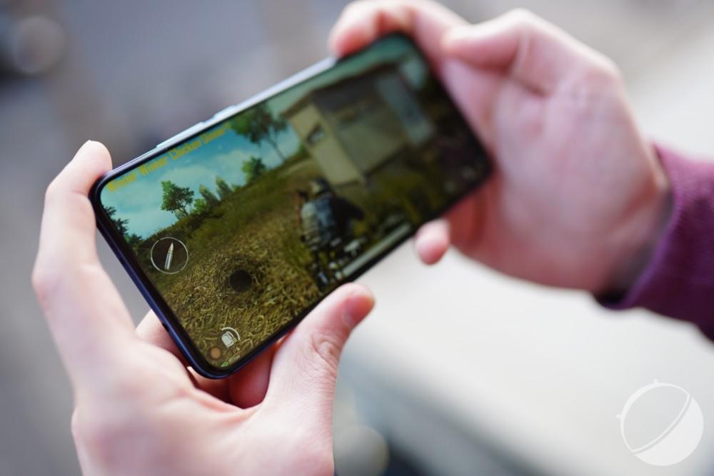 Dans les jeux, le trou de l'écran du Honor View 20 est généralement masqué par le pouce gauche