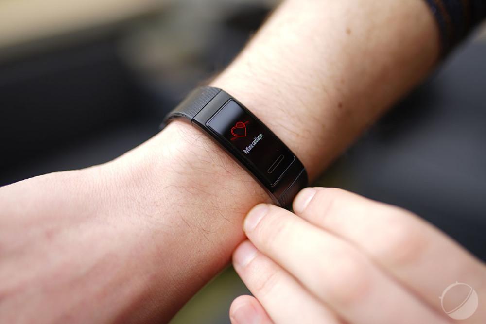 Plutôt fin, le bracelet est contrôlé par un unique bouton tactile