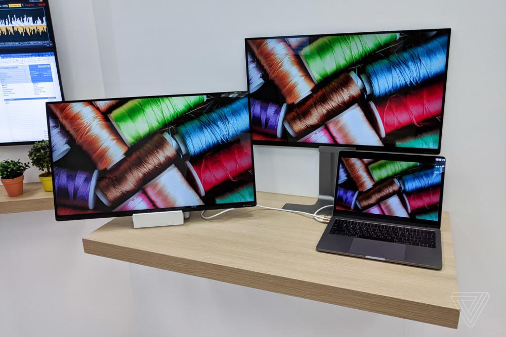 Un MacBook Pro permet d'alimenter deux écrans LG Neo Art par USB-C (photo : The Verge)