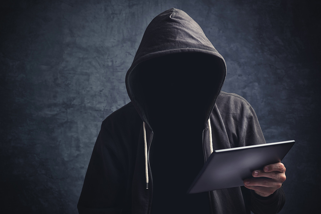 En plus ça ne doit pas être facile de hacker un site quand tu n'as pas de visage!