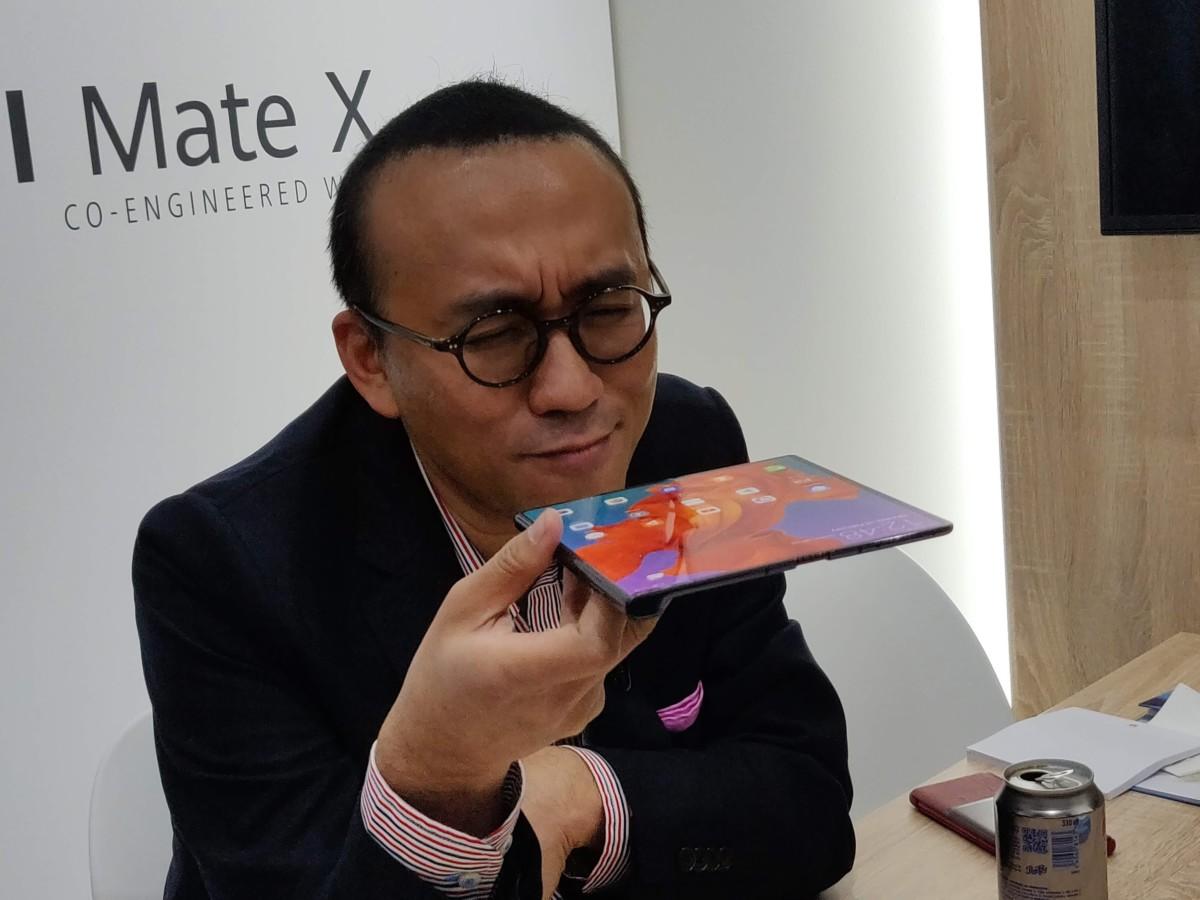 Clément Wong et le Huawei Mate X – Crédit : FrAndroid
